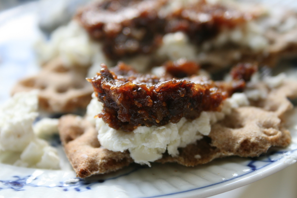 Crispbread with Goat Cheese and Fig-Walnut Compote